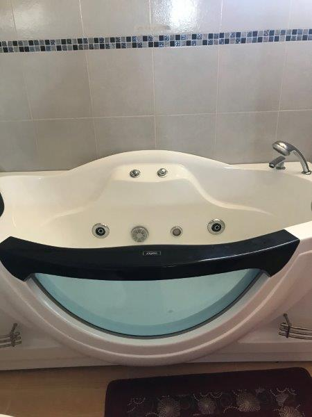 77 Master Bathroom tub